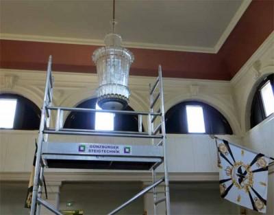 Montage der restaurierten Kronleuchter